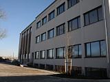 Westfassade (Bürotrakt) mit Zufahrt u. Parkplätzen